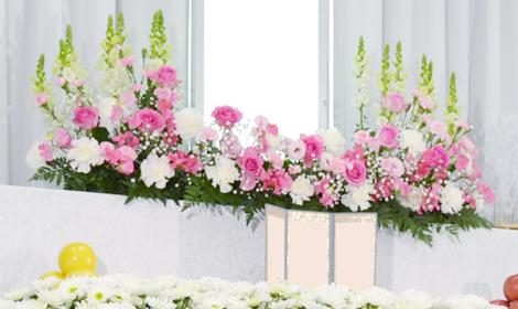 ご遺影を囲むピンクの花々