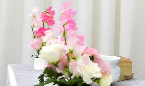 花祭壇や供花に合わせて、焼香台にもお花を