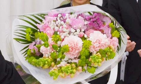 息子様から花束のプレゼント