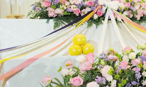 花祭壇とブーケをつなぐリボン