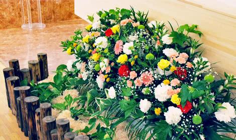 お柩を取り囲む花々