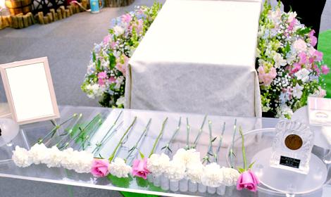 献花のバラやカーネーション