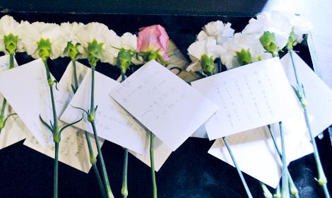 献花に手紙を添えて