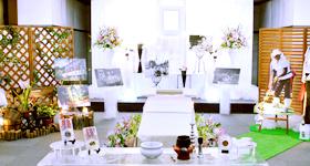 棺を囲む花祭壇