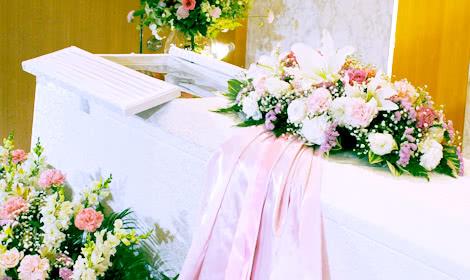 お柩にはピンクのリボンを
