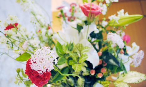 ピンクと赤の花でお人柄を表現