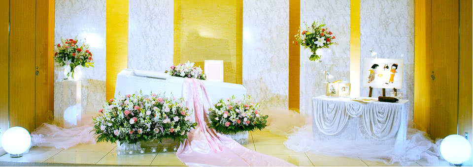 ピンクの花とリボンの花祭壇