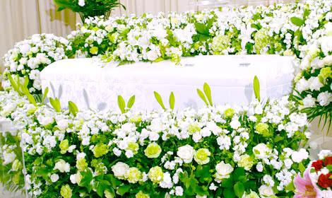 お柩を囲むような花祭壇
