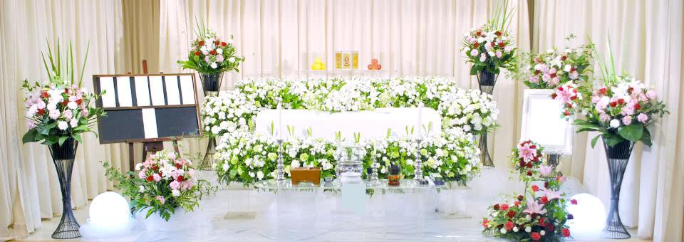 バラとトルコキキョウの花祭壇