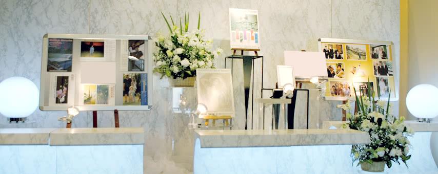 写真のパネルとお花の祭壇