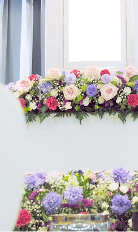花祭壇はにぎやかな色合いに