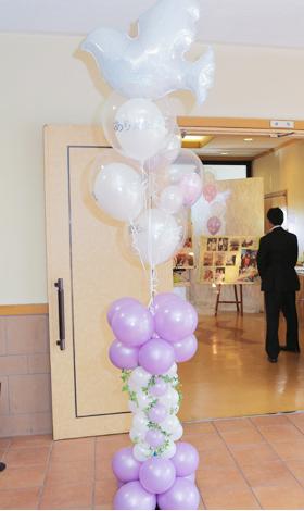葬儀会場の入り口もバルーンで装飾