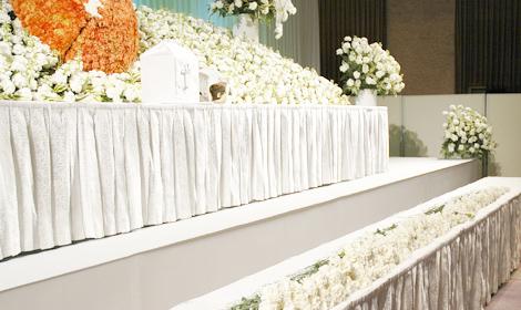 白いバラの献花