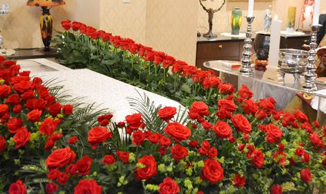 バラで囲むお棺