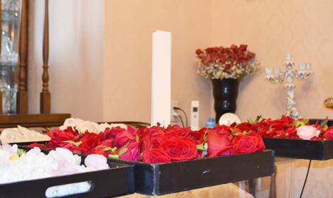 バラの花びらをお棺へ