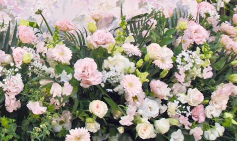 花々がお柩を包み込むように