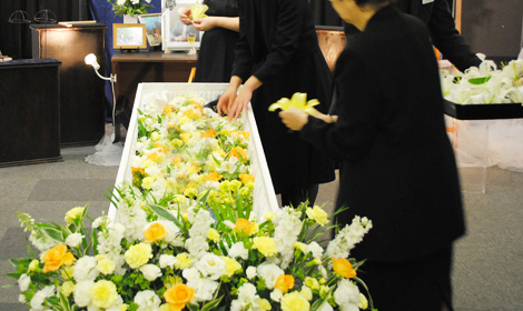 祭壇のお花を手向けられました