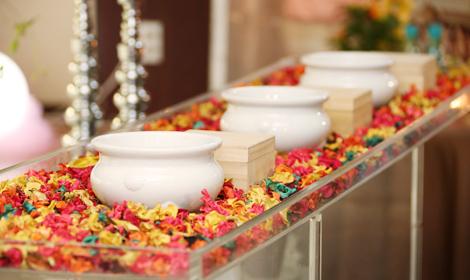 焼香台もお花で飾り付け