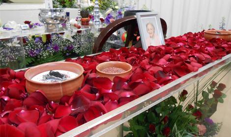 バラの花びらと焼香台
