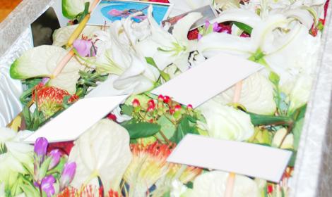 お柩へ色鮮やかなお花たちを