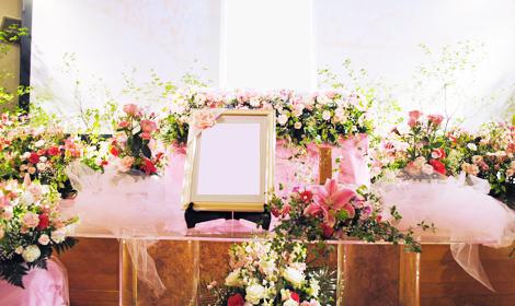バラやユリを使用した祭壇