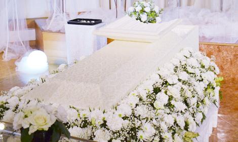 お柩を囲む純白のバラ