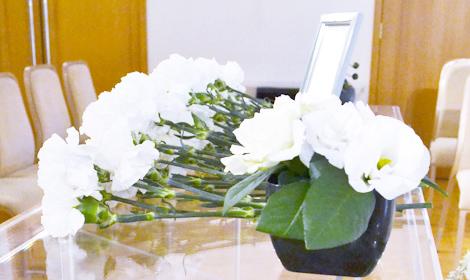 白いバラを献花