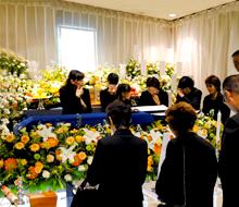 駅から近く、多くの方が弔問に訪れた