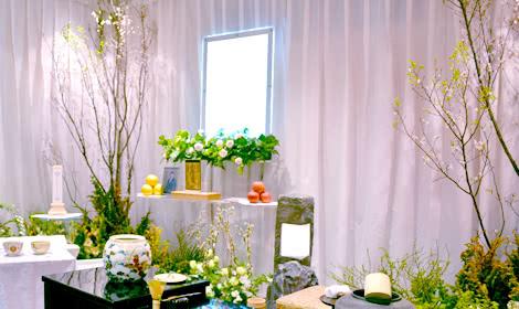 桜を供えた花祭壇