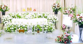 故人様の誠実なお人柄をイメージした花祭壇