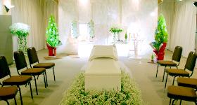 カスミソウをメインに白とグリーンの花祭壇