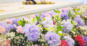 紫のカーネーションの花祭壇