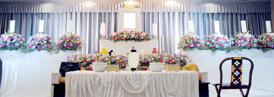おばあ様にふさわしい華やかな花祭壇